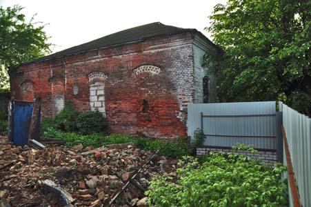 Год назад домик раввина был снесен местным бизнесменом и на его месте сейчас лишь груда обломков.