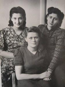 Три подруги-медсестры, слева – Раиса Левина. Бад-Польцин.