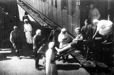 Прием раненых в военно-санитарный поезд.