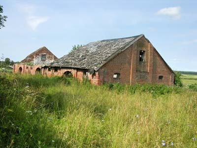 Развалины хозпостроек усадьбы помещиков Спытковых.