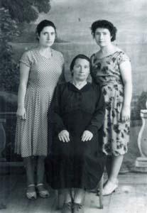 Роза Романовна Байвер с дочрьми.