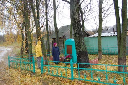 Бронислава Байвер у памятника расстреляным евреям Пропойска.